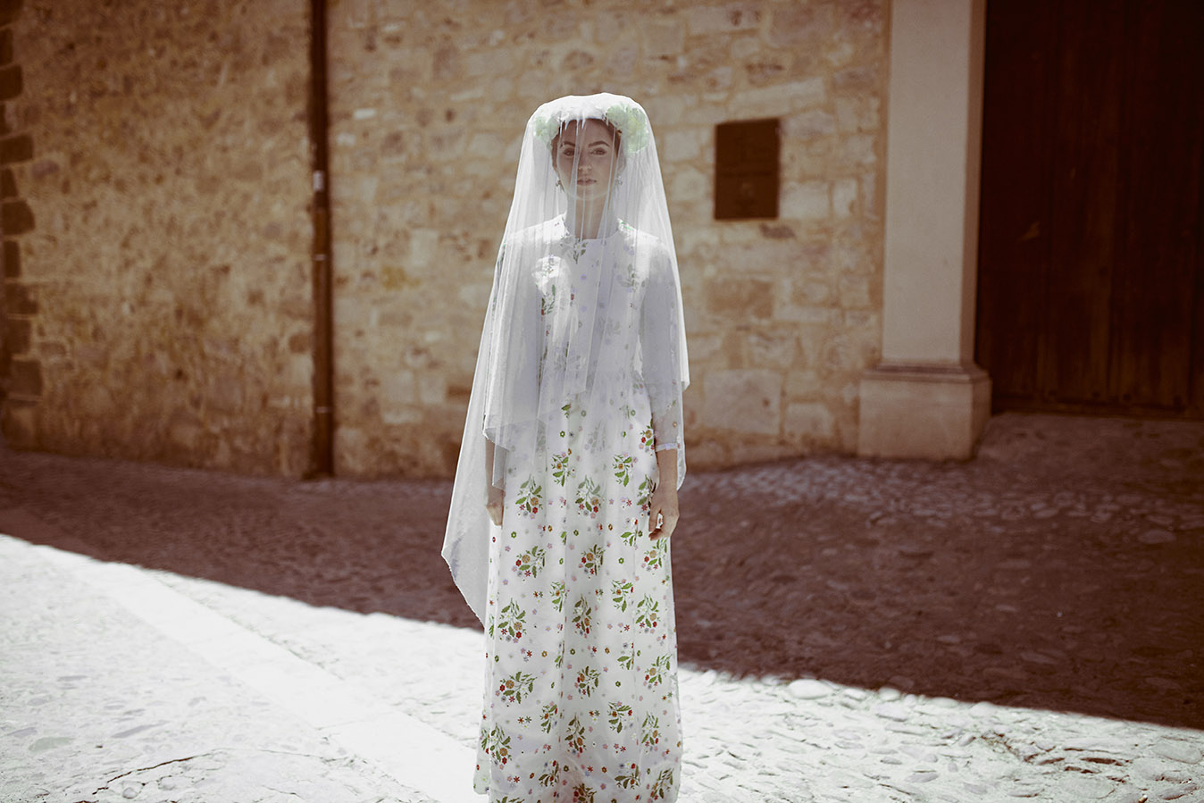 Invitadas con estilo vestido flores kolonaki 4