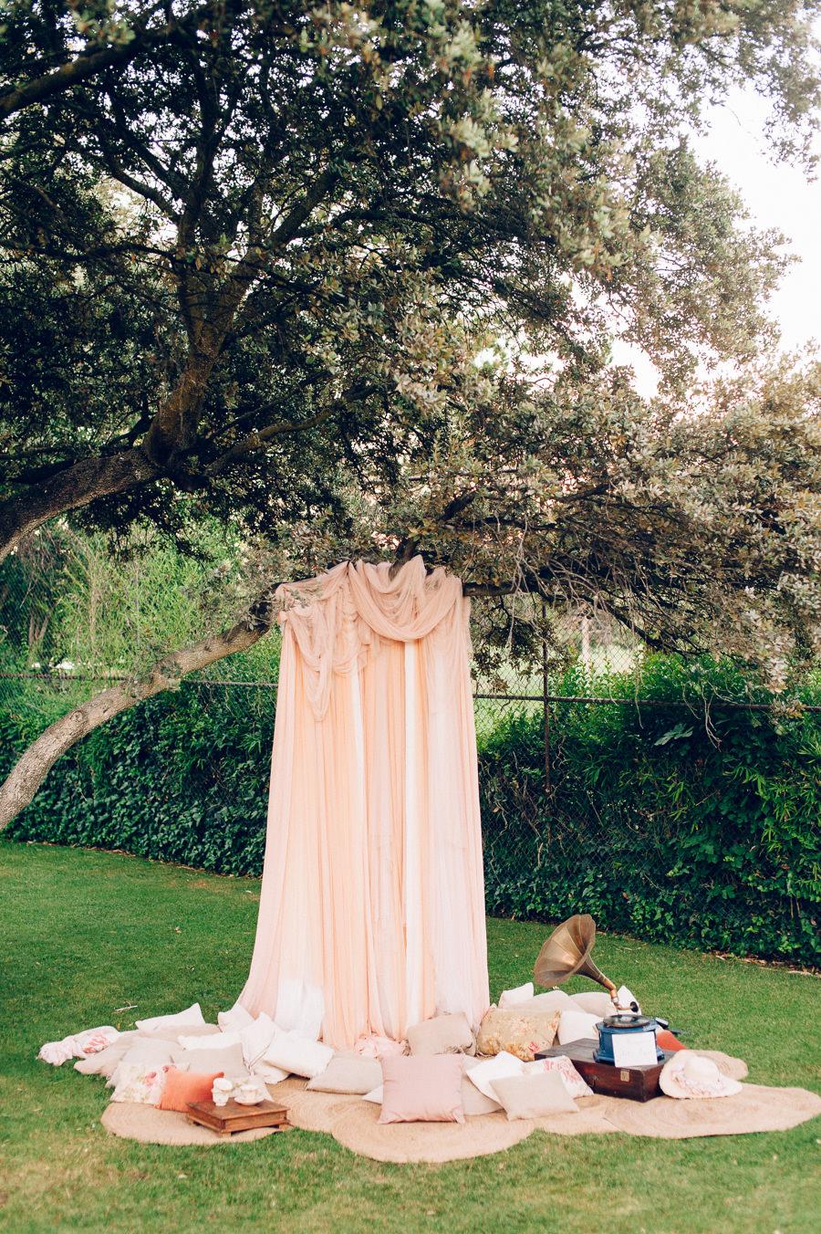 Photocall romantico con tules y cojines 10