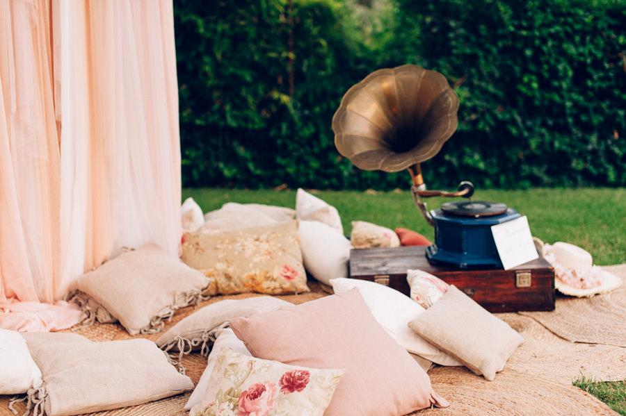 Photocall romantico con tules y cojines 4