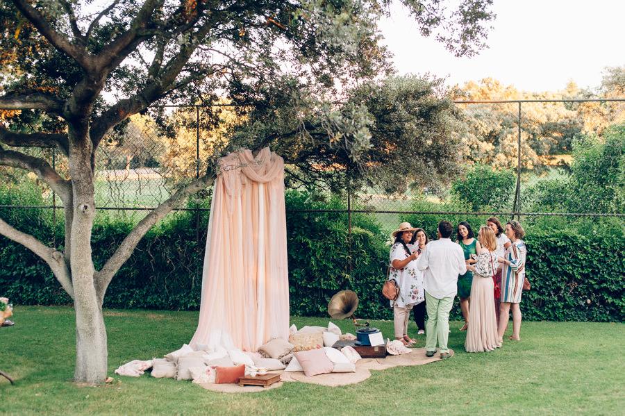 Photocall romantico con tules y cojines 7